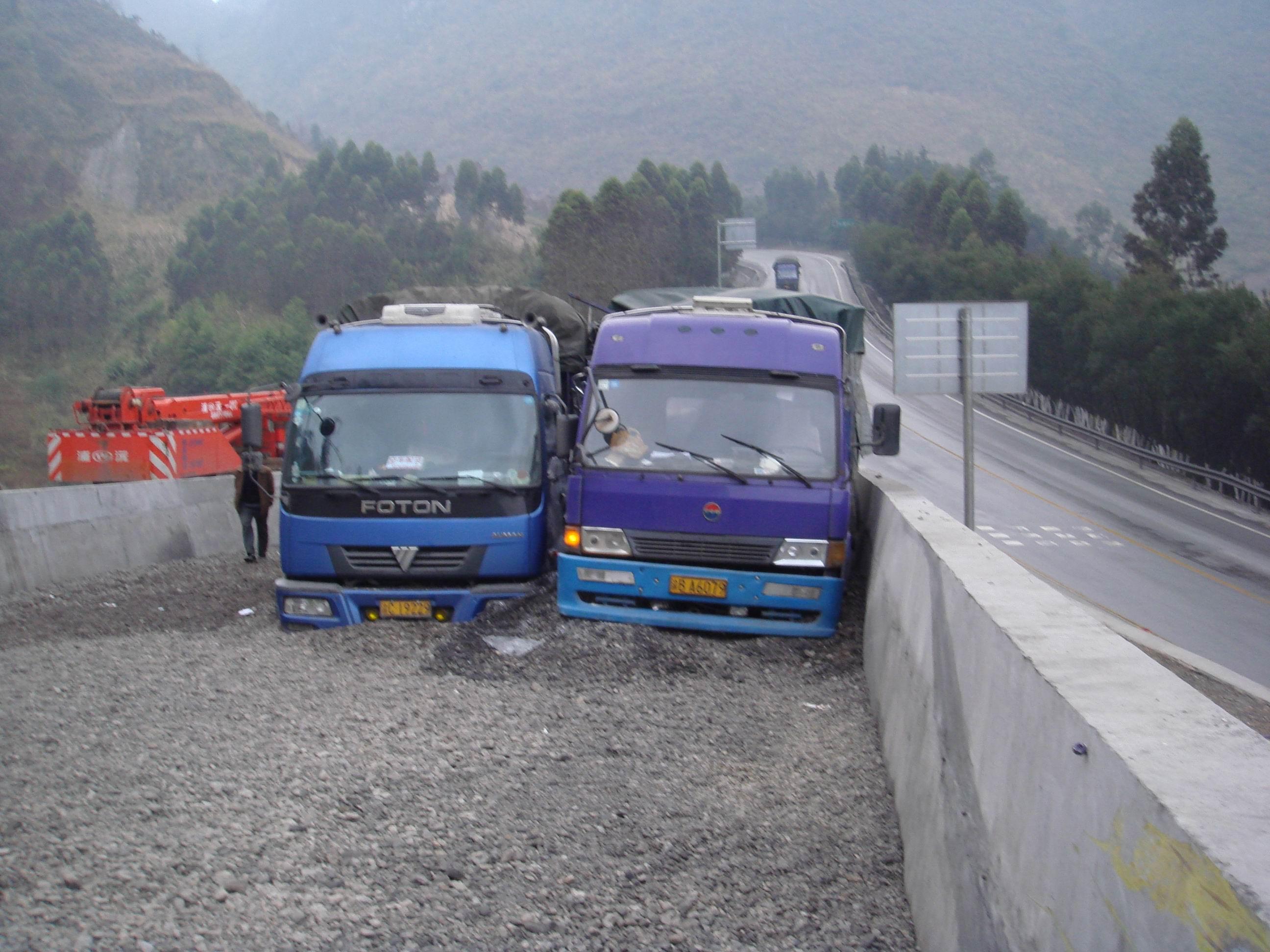 国道河池段设置多处避险车道和防撞墙