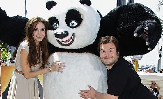 阿宝又回来了,这只憨态可掬、勇敢正直的熊猫赶在正式上映前,先来戛纳走了一圈,在安吉丽娜·朱莉、达斯汀·霍夫曼、杰克·布莱克的陪伴下举行了首个全球媒体试映会。   这次在《功夫熊猫2》里,阿宝依然是当仁不让的主角,他的故事还在继续,耍宝的功力不减当年,但他同时也在继续打击恶势力伸张正义,并且追寻自己的身世。在3D效果的包装下,阿宝带给观众视听、画面的冲击力更是大增。由于导演詹妮弗·余此次深入四川当地考察,并在这里拍摄,本集的故事里的中国元素更为丰