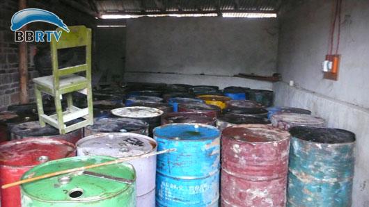 仓库内存放着46个铁质大油桶