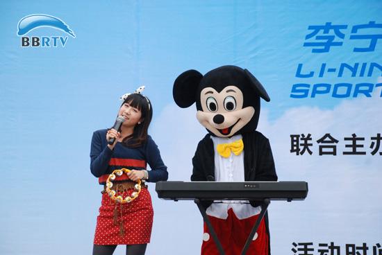 2011快乐女声十强女声刘海燕与可爱的卡通乐队正带来精彩表演.