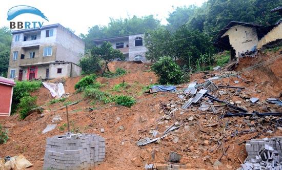 6月25日,广西昭平县五将镇文曲村古丽小组26间民房倒塌,现场一片狼藉.