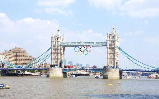伦敦的标志性建筑伦敦塔桥挂起了奥运五环标志