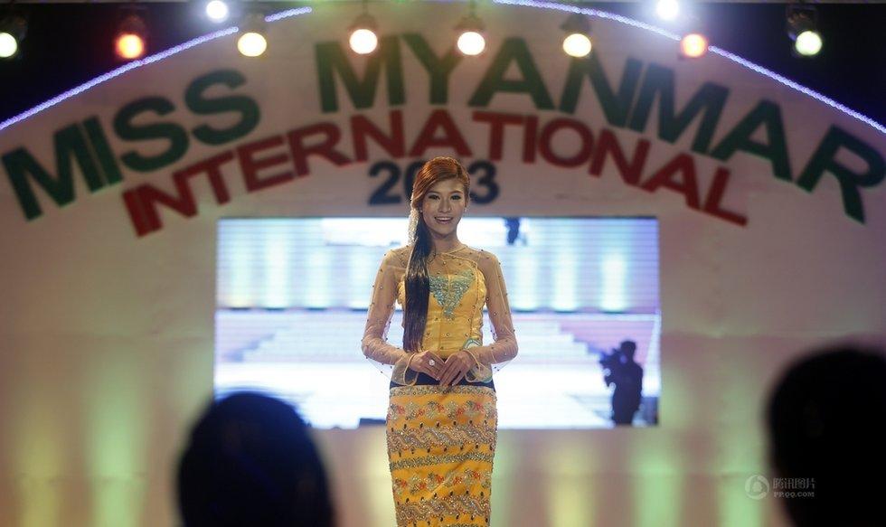 吴昂摄/2月24日,身着缅甸传统服饰的选手在仰光参加2013缅甸国际小姐...
