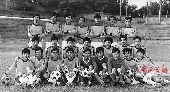 1980年广西足球队打上全国甲级联赛时全队合影。(资料图片)   足球,是一项有着广泛群众基础的体育运动,更是一项极为特殊的竞技体育运动每届世界杯,其影响力堪比奥运会;每届全运会,获冠军的球队记分是三枚金牌;每年意甲德甲西甲英超以及欧冠等赛事,本不关万里之外的中国什么事,但数以亿计的中国球迷硬生生被这些赛事抓住,喊着叫着追着,不舍昼夜;世界杯预选赛、亚洲杯赛等亚洲区重要比赛,中国队不管成绩多糟,球迷们一边骂着哭着嚷着,一边还要看着电视受谑;中超联赛,现在出了一支恒大足球俱乐部队,出了个足球老板许家印,
