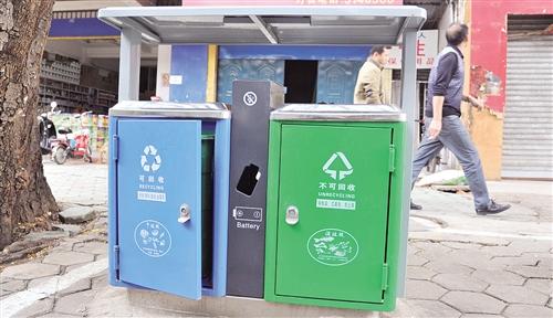"""南宁城市垃圾不分类 街头垃圾桶被迫""""通吃"""""""