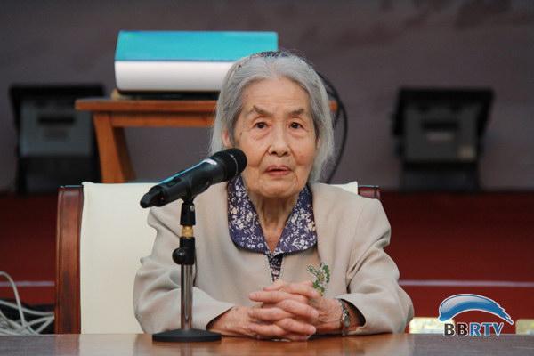老播音员黄妙老师给大学生们介绍了电台的辉煌历程.图片