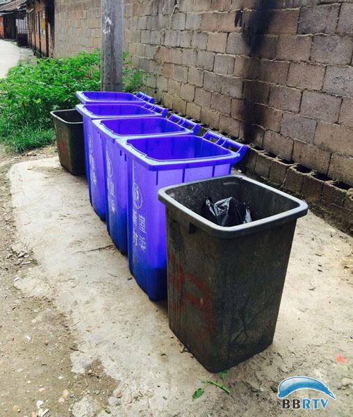 一排排户外垃圾桶图片大全