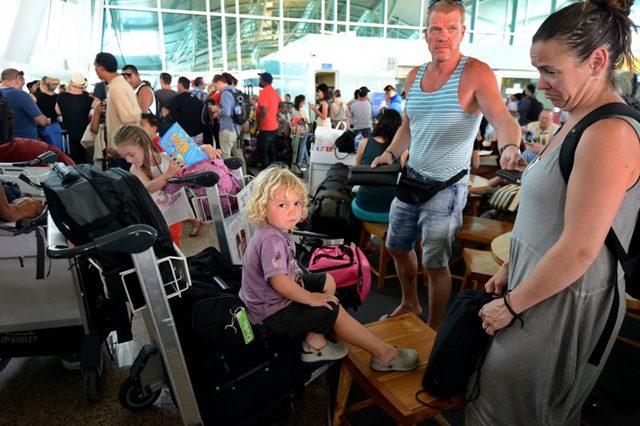 7月22日,在印度尼西亚巴厘岛登巴萨的国际机场,旅客们在出发大厅排队询问延误航班的消息。(图片来源:新华社) 据外媒报道,印度尼西亚东爪哇的拉翁火山22日再次喷发,迫使当局关闭巴厘岛上的机场,许多旅客受影响。这是当局本月第三次关闭机场。 报道称,机场在关闭约两小时后重新开放,航班已恢复飞行。 印尼交通部发表声明说,拉翁火山喷发,上空出现火山灰,努拉雷国际机场机场被迫关闭,有多趟班机受影响。 声明说,火山灰很快消散,该机场在关闭大约两小时后便重新开放。但至当地时间22日下午,爪