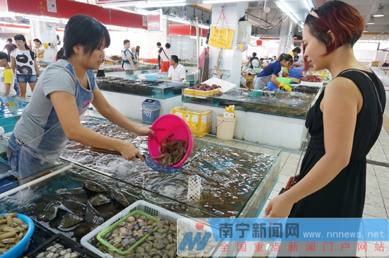 8月4日至6日,记者走访南宁海鲜批发交易市场,厢竹海鲜市场等,发现海鲜