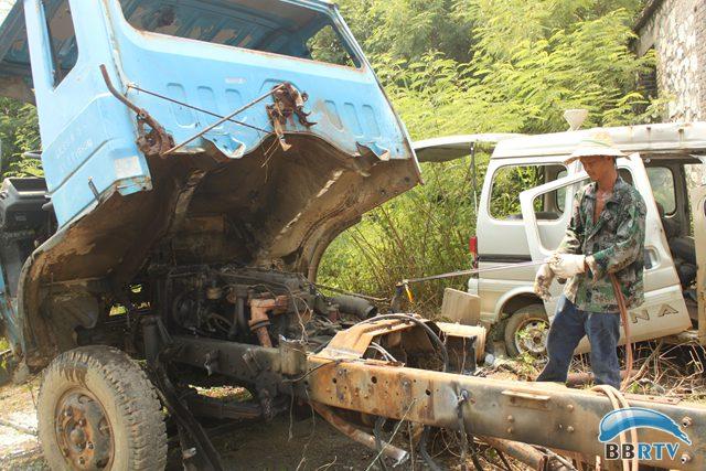 拆解现场工作人员正在对报废车辆进行拆解