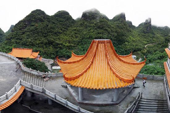 弄拉自然生态旅游风景区位于马山县古零镇,海拔500―700米,石多土少