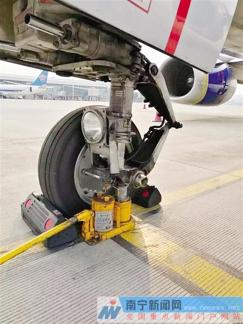 一架属于泰国东方航空的航班降落南宁机场后检查发现,飞机的一个前轮