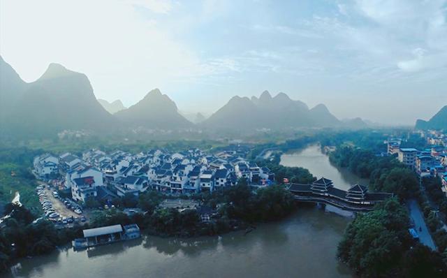 鲁家村位于桂林市秀峰区的桃花江畔,距市中心仅2公里.