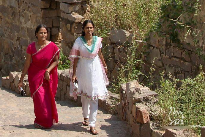 印度街头,穿纱丽的母女