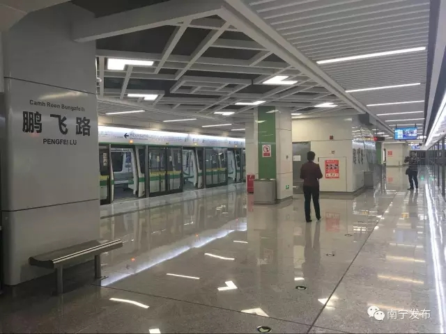 车站为地下两层建筑,岛式站台,并共设有5个出入口,其中在b口设有一台