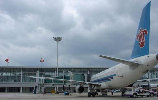 资料图:安徽黄山屯溪国际机场 泰国新时代航空公司的一架B737-400客机载着泰国客人,26日8时降落在安徽黄山屯溪国际机场,标志着曼谷黄山包机航线成功首航。 据了解,曼谷黄山包机开通,是黄山市首次开通直飞东南亚地区的旅游包机航线,更是拓展境外航空旅游市场的重大突破。 当天,黄山屯溪国际机场在停机坪用水门仪式欢迎来自泰国的客人。 据黄山市旅游局负责人介绍,泰国乃至东南亚地区一直是黄山市重要的境外旅游客源市场,由于一直没有直飞航线,该市场始终不温不火。开通曼谷黄山直航包机航线,对加强和便利两