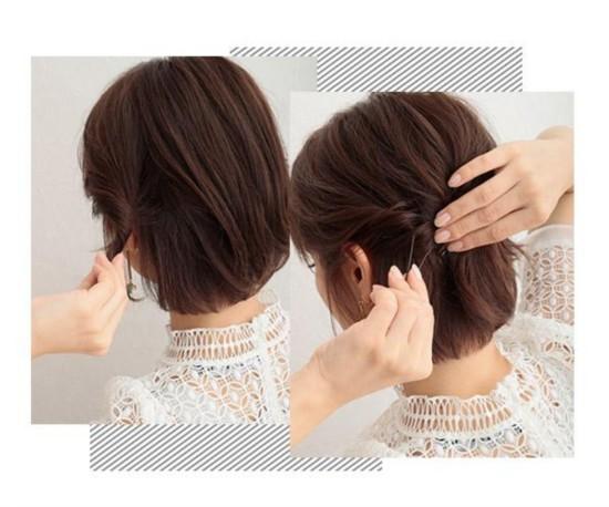 今年的短发很流行,而直发波波头作为短发中的一员肯定有超多人剪的。爱美之心人皆有之,都想要经常变化造型,让自己看起来更美,但却不知道波波头要怎么打理好看,今天就为大家带来两款教程,赶紧看看。 短直发波波头造型的妹子不妨试试这款微卷波波头跟半扎波波头造型,不仅让造型变时尚了,而且让你整个人看起来更加的不一样,赶紧来看着两款造型吧。  style 1 微卷波波头 斜刘海加上蓬松微卷发让妹子看起来更甜美,而且微卷比直发的时候丰盈许多,在视觉上还有瘦脸效果,赶紧看看这造型怎么弄吧。  step 1:梳理头发,然后用