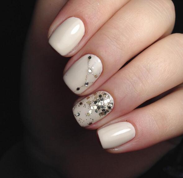 想要春天气息十足也可以在指甲上添加花朵元素。  不出错的颜色可以选择肉粉色,小碎钻的搭配更加时髦。  喜欢指甲富有个性的女生也可以在指甲上画出小图案,增加可爱度。  嫩粉色永远是春天的颜色。  珠光白的色指甲十分富有个性,可以增加点亮星搭配时尚感UP。  喜欢酷酷风格的女生也可以尝试黑色与银色的搭配。  淡淡的裸粉色搭配具有春天气息的图案秒变少女。
