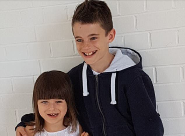英残疾女童乘飞机遭歧视 10岁哥哥霸气反击 【环球网综合报道】据英国《每日邮报》6月20日报道,英国赫特福德郡的一名小男孩在和家人乘飞机旅行时,妹妹遭到歧视,他便挺身而出,回击歧视者,十分霸气。 二月的一天,10岁男孩凯史密斯(Kai Smith)与母亲米歇尔赫斯本德(Michelle Husband)和5岁的妹妹西恩纳(Sienna)一同乘机前往巴黎迪士尼乐园游玩。当飞机降落在巴黎时,坐在他们前排的一名女士转过身对他们说道:你们不应该再坐飞机了,残疾
