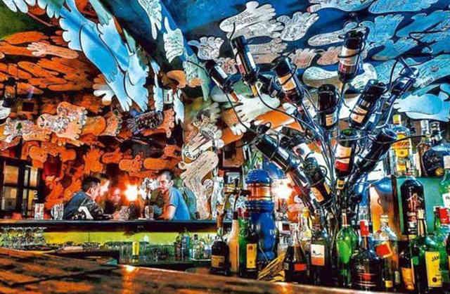 对于世界各地的背包客和登山者来说,尼泊尔加德满都朗姆酒涂鸦酒吧绝