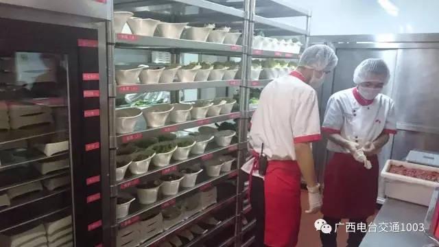 南宁海底捞航洋店首次接受媒体直播,交通1003全程跟踪报道!