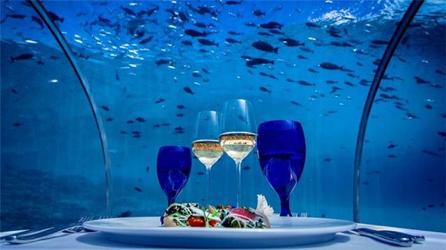 继迪拜和马尔代夫之后,挪威也将迎来自己的海洋餐厅。近日,挪威一家建筑事务所Snhetta表示,将在该国南部村镇Bly附近建造一家墙体厚度超过1米、用混凝土制成的欧洲首家海洋餐厅。  这家名叫水下(Under)的餐厅预计将建在海平面5米之下。由于餐厅将使用一块长达11米的以透明性著称的丙烯制玻璃,届时顾客将可以欣赏到北海瑰丽的海洋景观,并且这块玻璃还将根据季节和气候条件实时更换。  该公司称,水下餐厅共有三层。顾客从具有地标性建筑意义的入口进入后,将看到一个能让人联想到沙子和贝壳的素色酒吧,这也