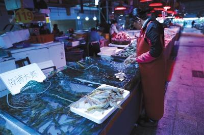 10月2日,青岛市埠西海鲜批发市场,一摊主正在整理海捕