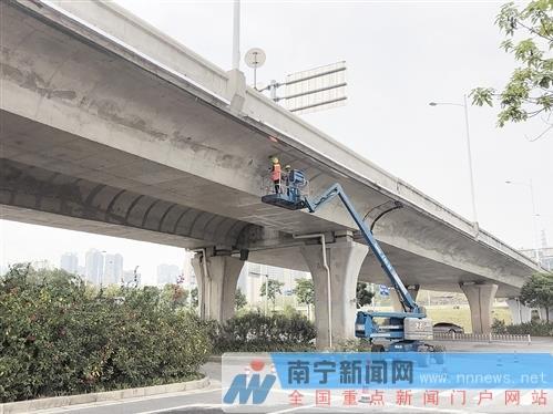 施工人员正在清洗喷涂火车东站站房高架桥梁