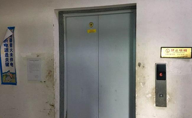 被困电梯 拨通救助电话却被要求撕掉号码贴