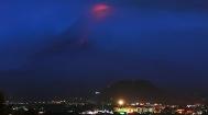 """菲律宾马荣火山喷发 熔岩成""""火河""""上万人撤离"""